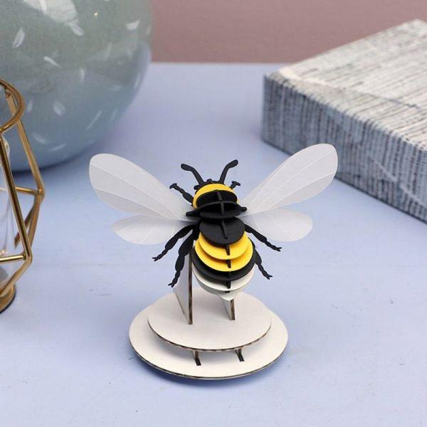3D bouwpakket van een hommel. Gemaakt van karton en metallic papier.