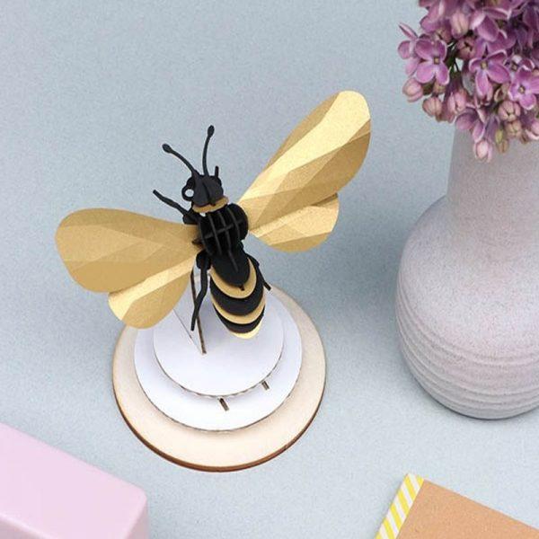 3D bouwpakket van een honingbij. Gemaakt van karton en metallic papier.
