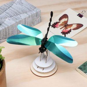 3D bouwpakket van een libelle. Vervaardigd van karton en metallic papier.