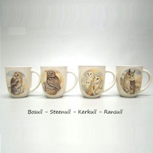 Set van vier grote mokken met afbeeldingen van verschillende uilen
