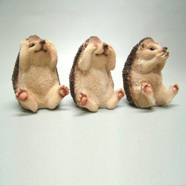 Drie beeldjes van egels die horen-zien-zwijgen uitbeelden