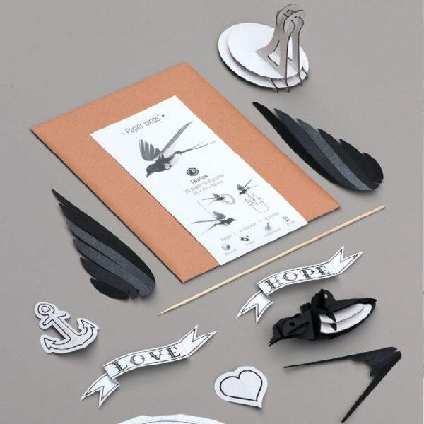 Kartonnen bouwpakket van een zwaluw
